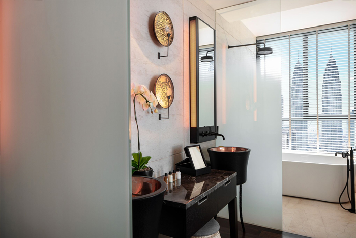 deluxe-suite-bathroom